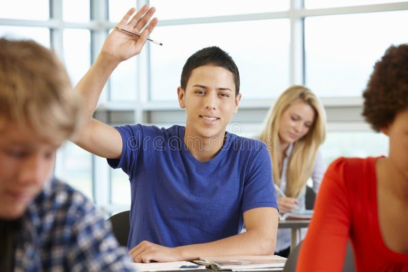 Испанский студент спрашивая вопрос в классе стоковые фотографии rf
