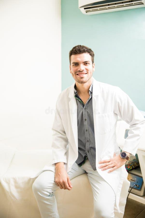 Испанский терапевт в медицинской клинике стоковые фотографии rf