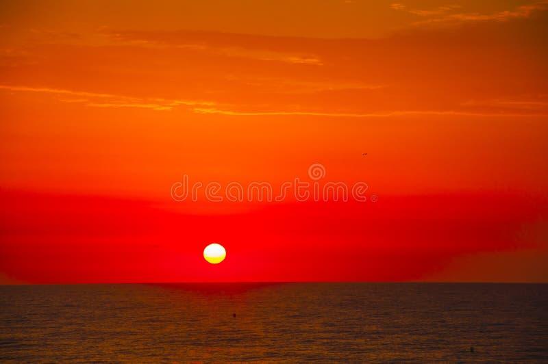 Испанское солнце утра на красном небе с желтыми облаками Mediter стоковое фото