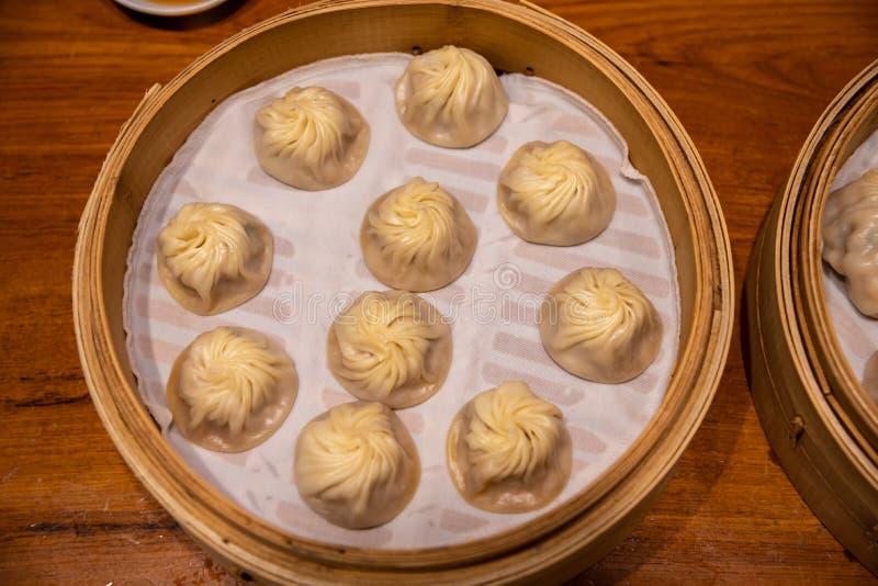Испаренное китайцем испаренное baozi плюшки назвало Xiaolongbao также вызвало вареник супа стоковые изображения rf