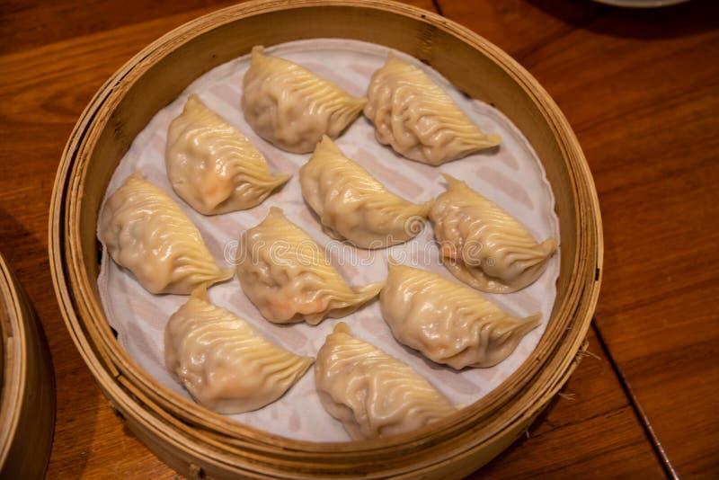 испаренные вареники Звезда каталога Мишлен наградила Din Tai Fung выстроена в ряд как один из ресторана 10 лучших мира самого луч стоковые фотографии rf