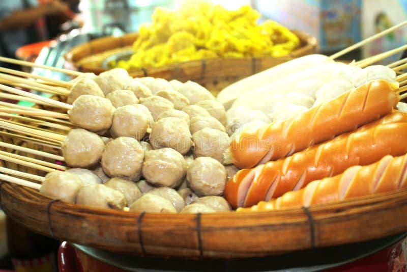 Испаренные фрикадельки и сосиска на тайском местном рынке стоковое фото rf