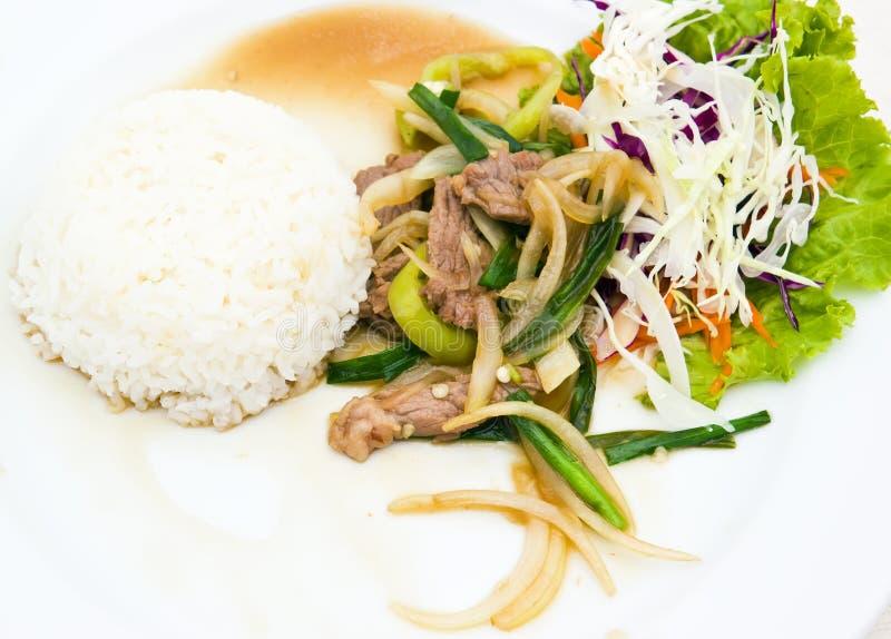 Испаренный рис с зажаренным сладостным peper с говядиной стоковая фотография