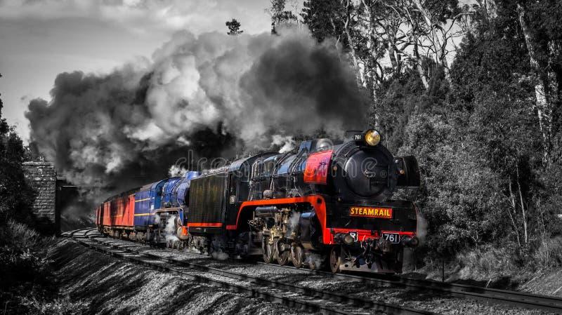 Испаритесь поезд путешествуя через Macedon, Викторию, Австралию, сентябрь 2018 стоковые изображения