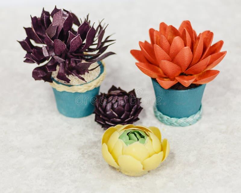 Испеките в форме цветков, лотоса торта в баке стоковые изображения rf