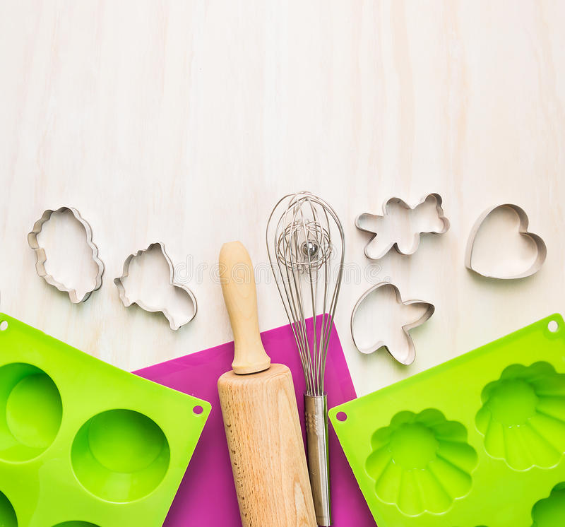 Испеките инструменты с прессформой торта и на белой деревянной предпосылке стоковая фотография rf
