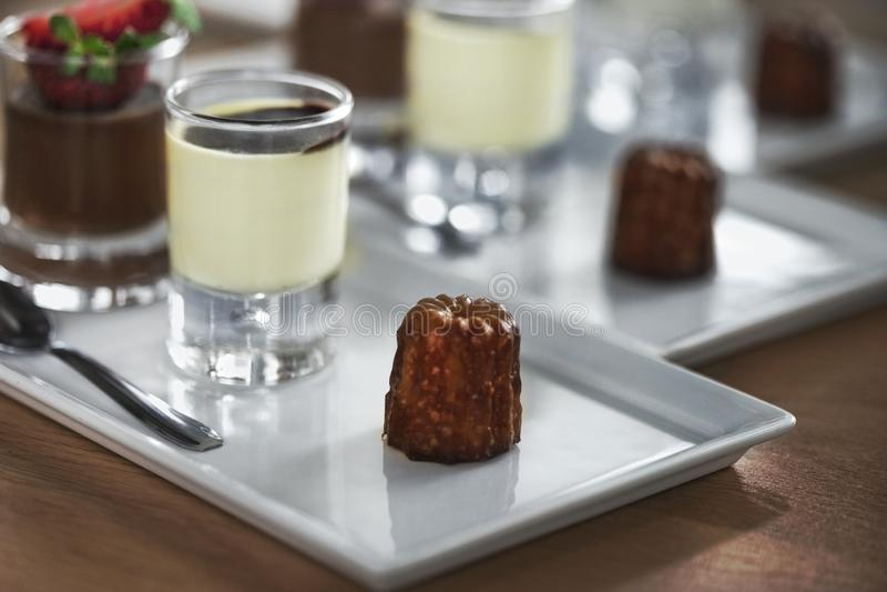 Испеките и cream на таблице в ресторане стоковое изображение rf