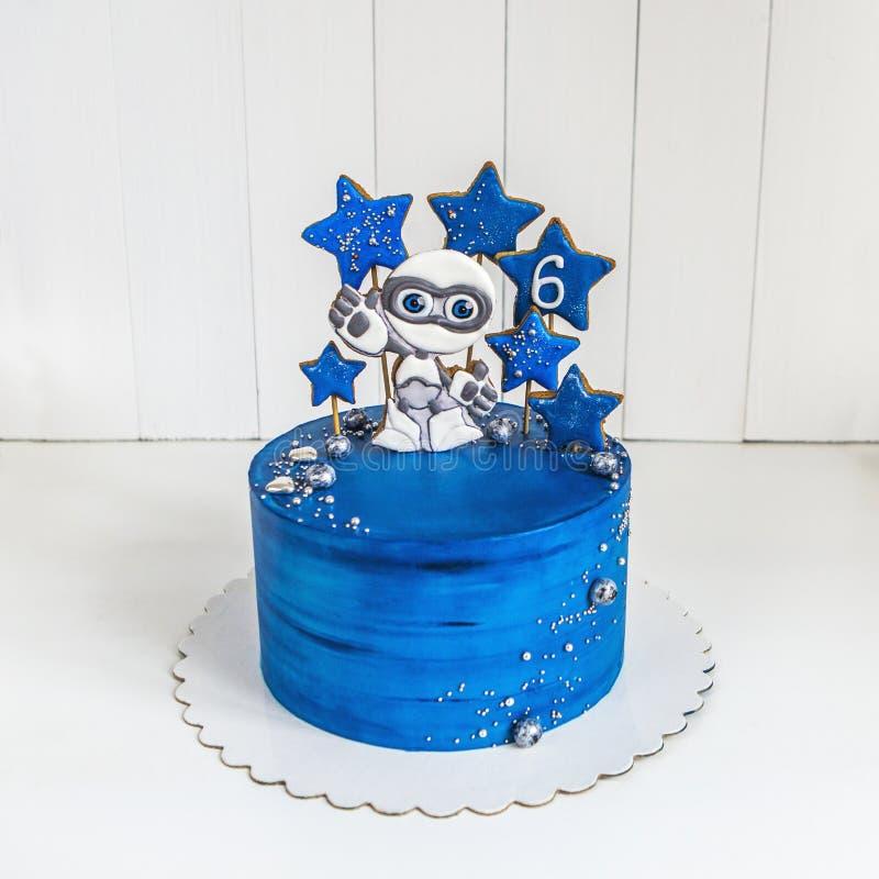 Испеките синь космоса с пряником в форме чужеземца и звезд, планет и ягод стоковое изображение rf