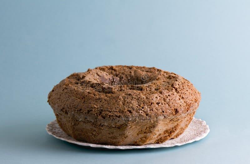 Испеките торт кольца, голубую предпосылку стоковая фотография