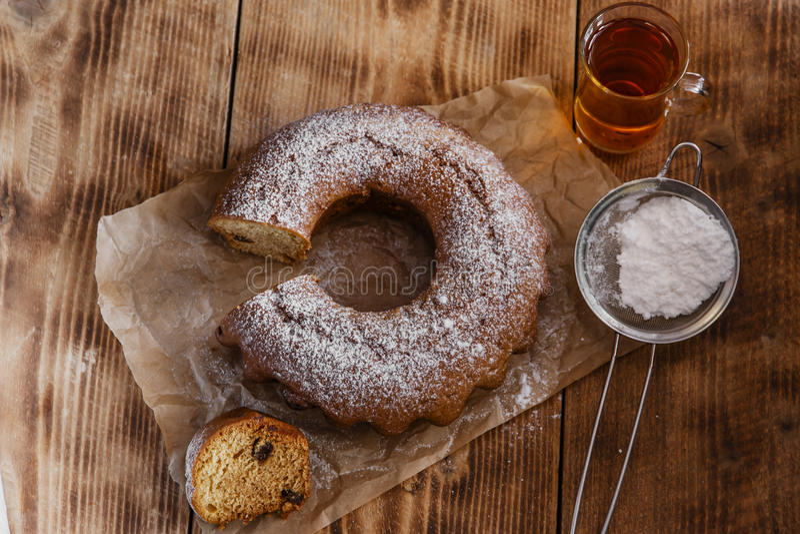 Испеките торт кольца с сахаром замороженности стоковое фото