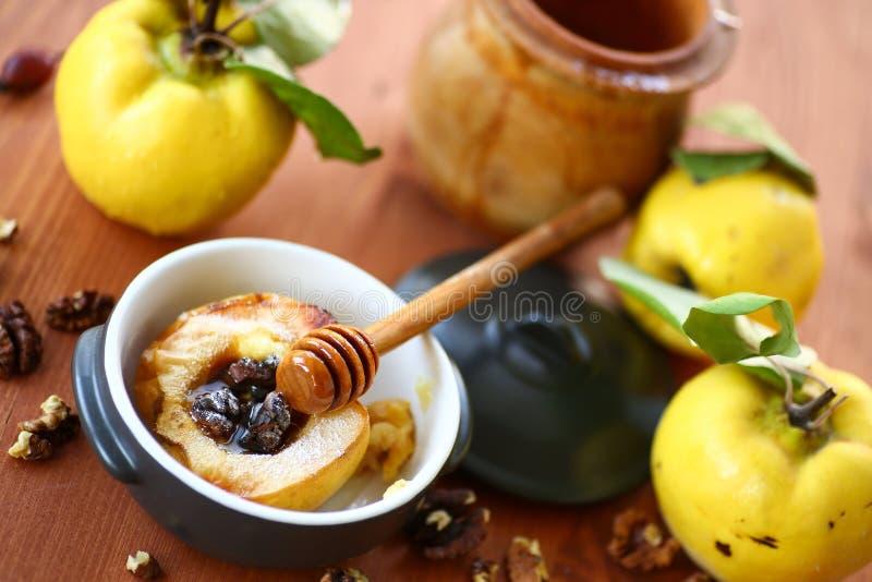 Испеченная айва с грецкими орехами и медом стоковая фотография