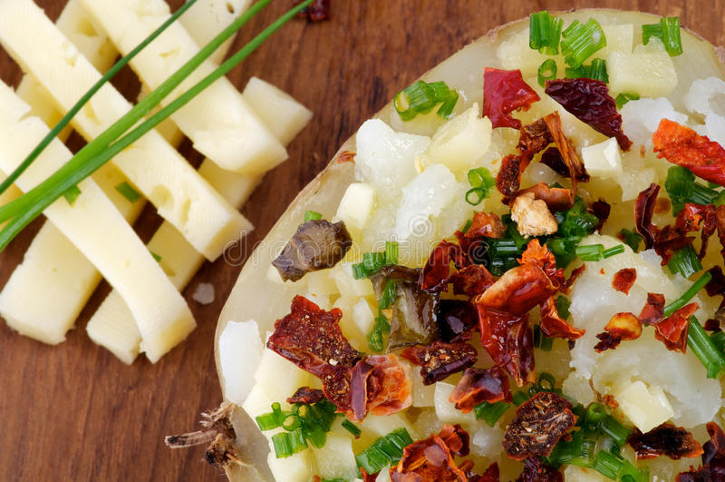 Испеченная картошка с сыром стоковое изображение