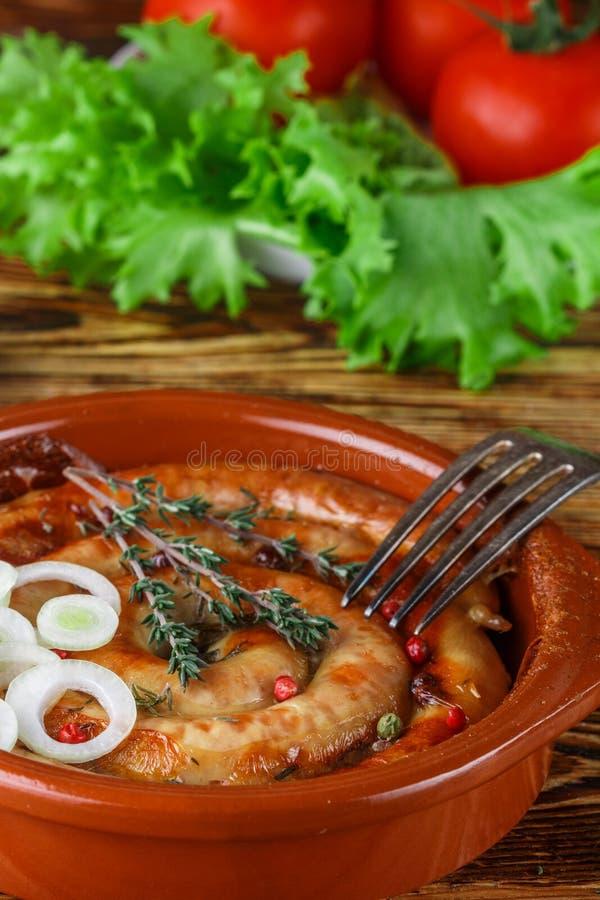 Испеченная домодельная сосиска цыпленка с специями и тимианом стоковые изображения rf