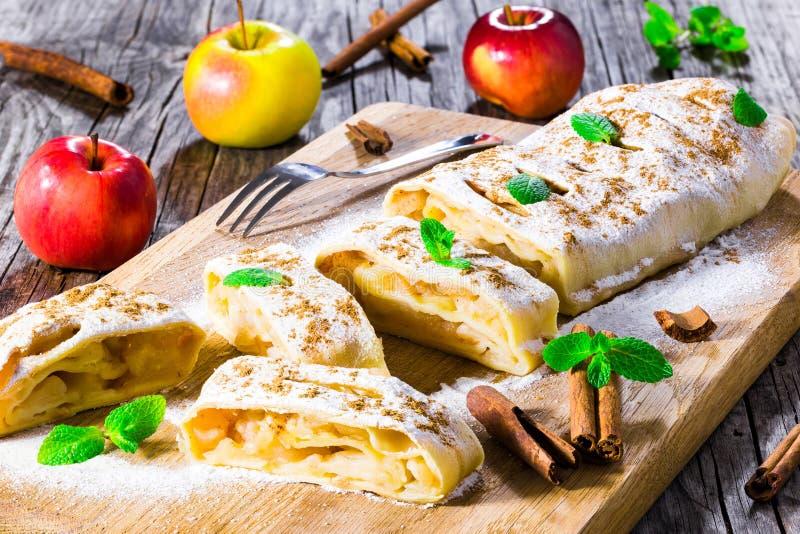 Испеченная домодельная штрудель яблока с напудренными листьями сахара и мяты стоковые фотографии rf