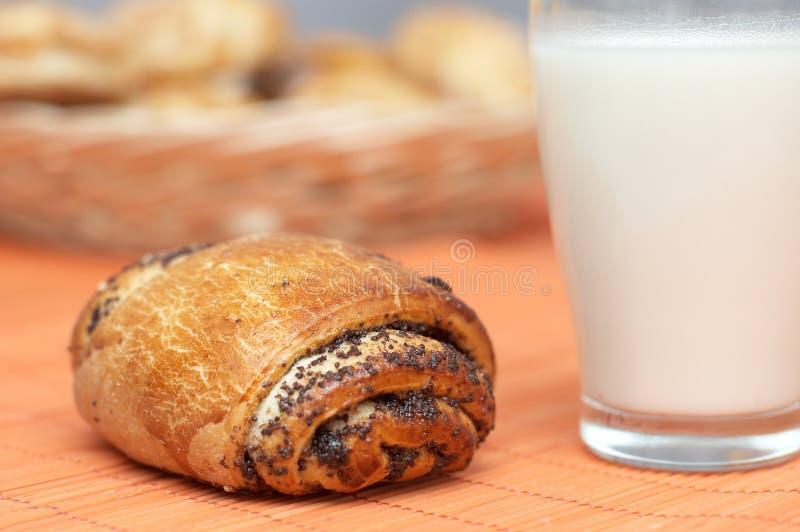 испеченная плюшка свеже доит маковые семенена стоковая фотография rf