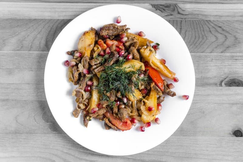 Испеченная телятина с томатом украшенным с травами и предпосылкой гранатовых деревьев черно-белой стоковые фотографии rf