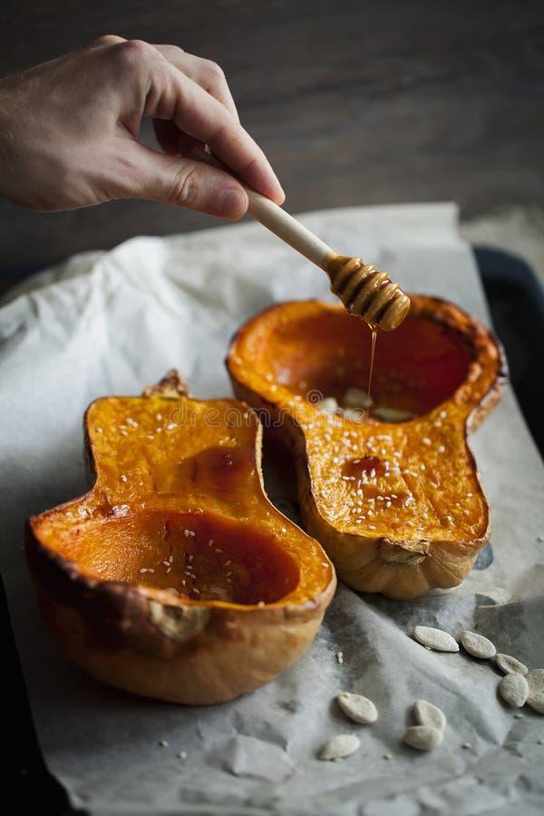 Испеченная тыква с медом и сезамом на хеллоуин Еда благодарения конец вверх стоковая фотография rf
