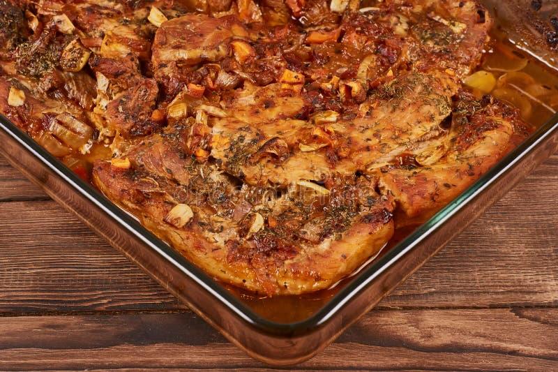Испеченное мясо в стеклянном cookware стоковые изображения rf