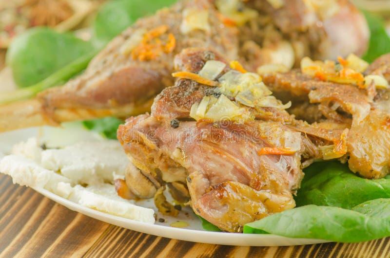 Испеченное мясо с овощами и зелеными цветами стоковая фотография rf
