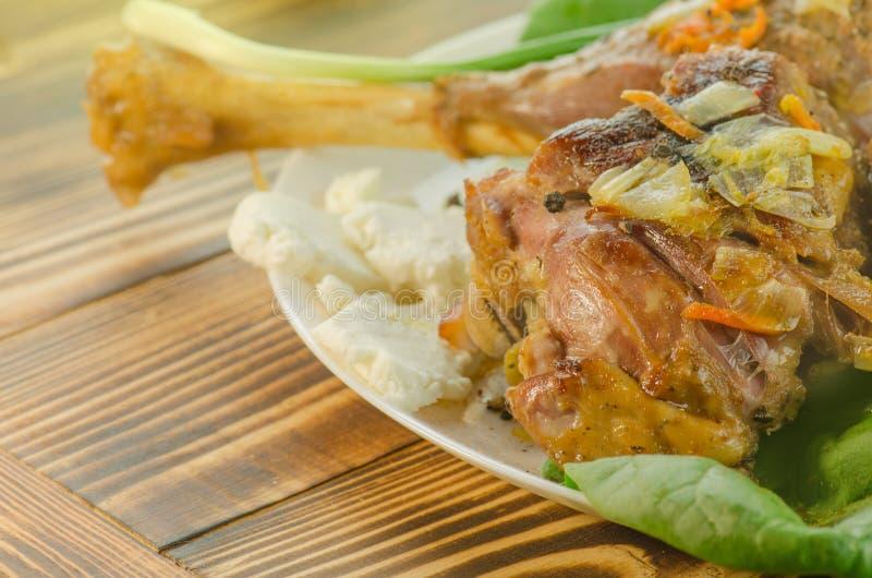 Испеченное мясо с овощами и зелеными цветами стоковое фото