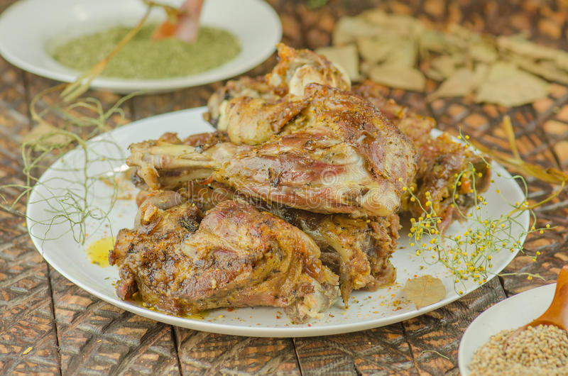 Испеченное мясо с овощами и зелеными цветами стоковые изображения rf