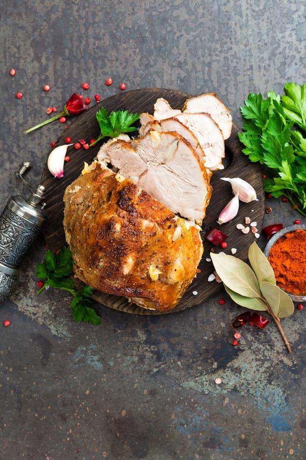 Испеченное мясо с чесноком и специями стоковое фото rf