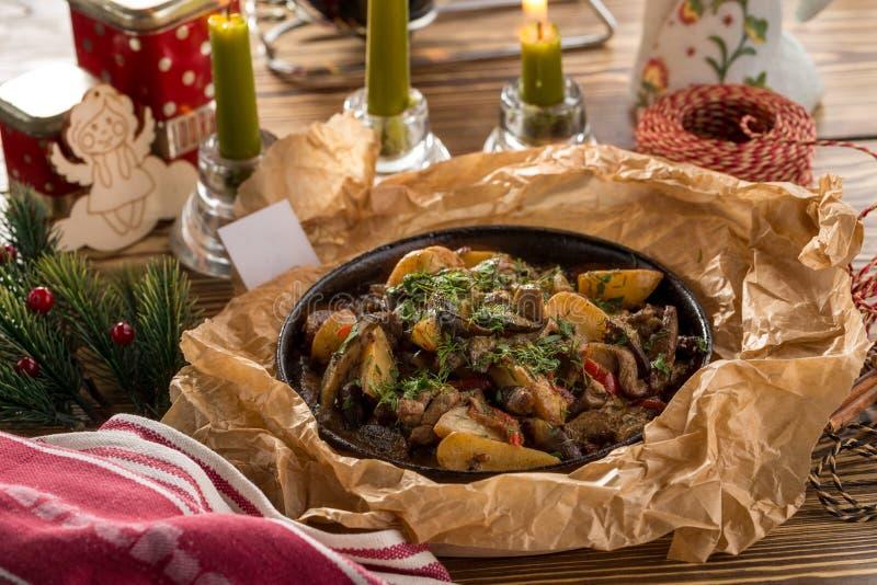 Испеченное тушеное мясо гриба леса мяса с сыром картошек, укропа, петрушки и чеддера в лотке на деревянном столе стоковые изображения