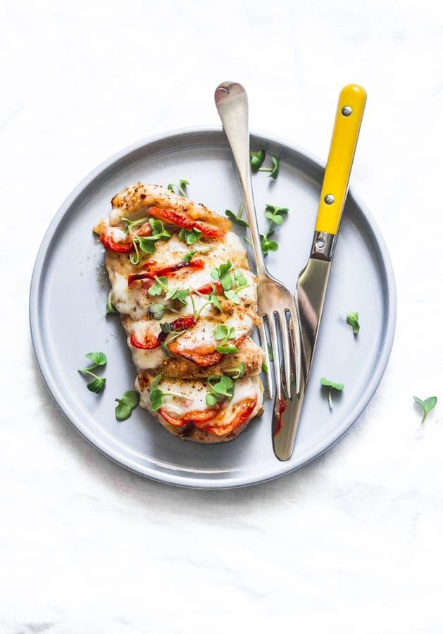 Испеченное филе цыпленка заполненное с томатами и моццареллой на свет стоковые фотографии rf