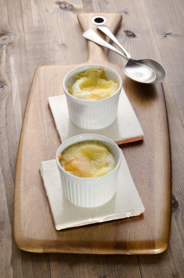 Испеченное яичко с ирландским сыром чеддера стоковая фотография