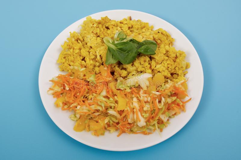 Испеченное Bulgar с салатом цветной капусты и овоща на сини стоковые изображения