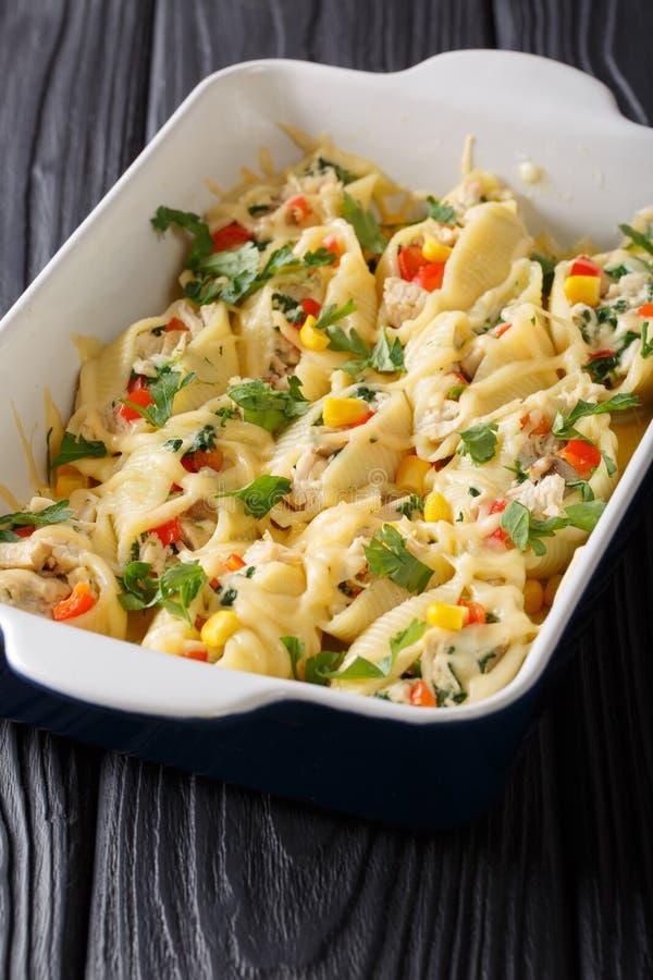 Испеченное conchiglioni макаронных изделий с сыром, цыпленком, грибами и veg стоковое фото rf