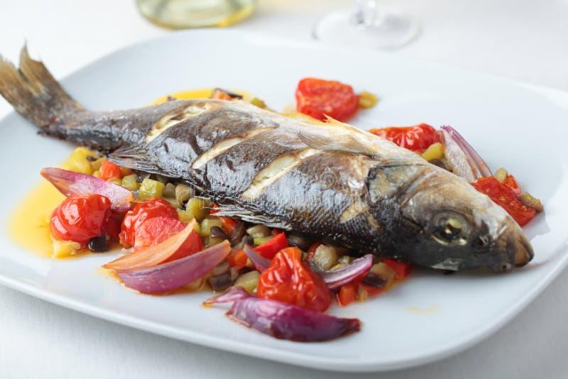 испеченные басовые овощи моря стоковое фото rf