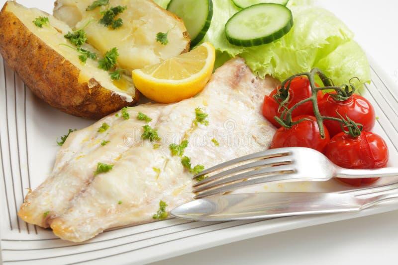 Испеченные выкружка рыб, томаты, картошка и салат стоковые изображения