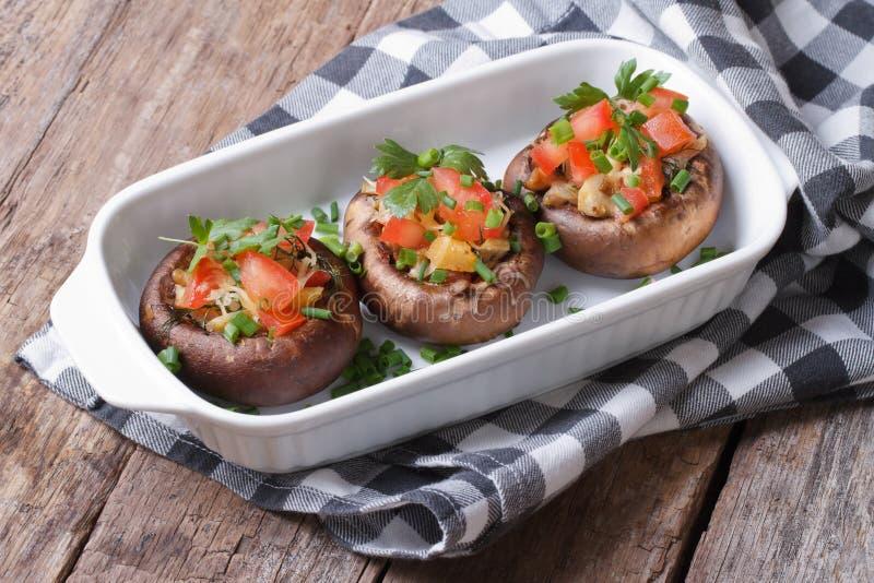 Испеченные грибы заполненные с сыром, томатами и овощами стоковое фото rf