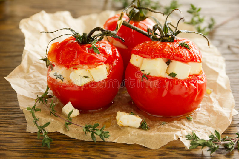 Испеченные заполненные томаты стоковые изображения rf