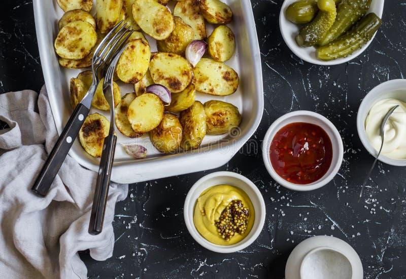 Испеченные картошки и sauce он - домодельные майонез, кетчуп и мустард Очень вкусный обед или закуска стоковая фотография rf
