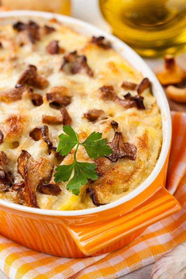 Испеченные картошки с грибами и сыром стоковые фотографии rf