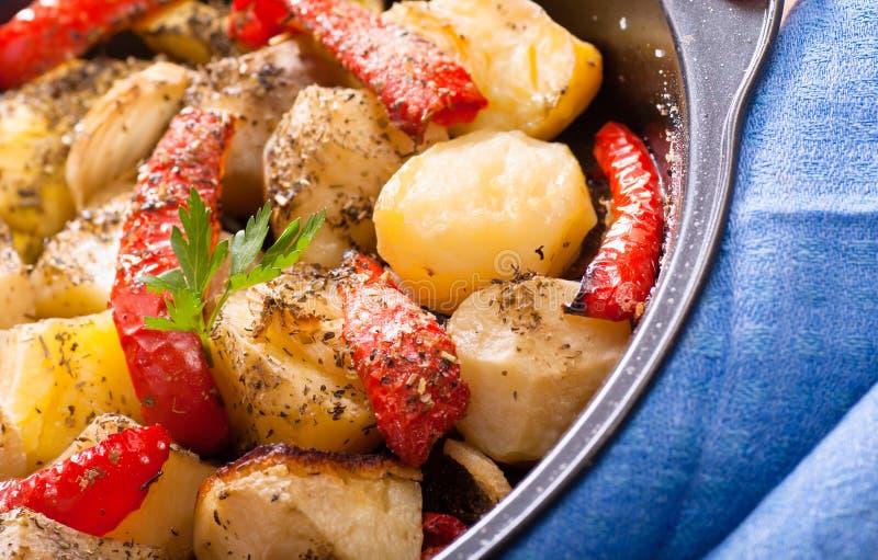Испеченные картошки с овощами стоковое изображение