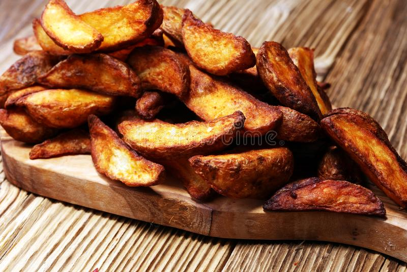 испеченные клин картошки картошка домодельного органического vegetable vegan вегетарианская заклинивает легкую закуску стоковые изображения rf