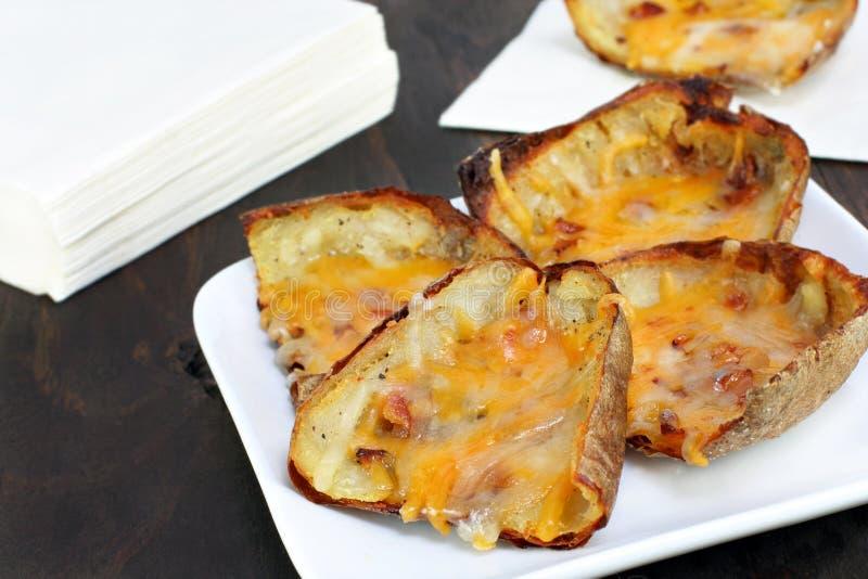 испеченные кожи картошки сыра стоковые фотографии rf