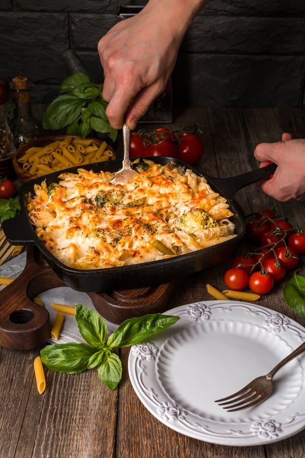 Испеченные макаронные изделия с sauc брокколи, цветной капусты, сыра и bechamel стоковое фото