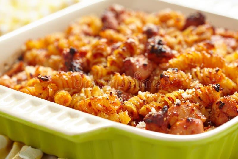 Испеченные макарон, цыпленок, сыр и томатный соус стоковая фотография
