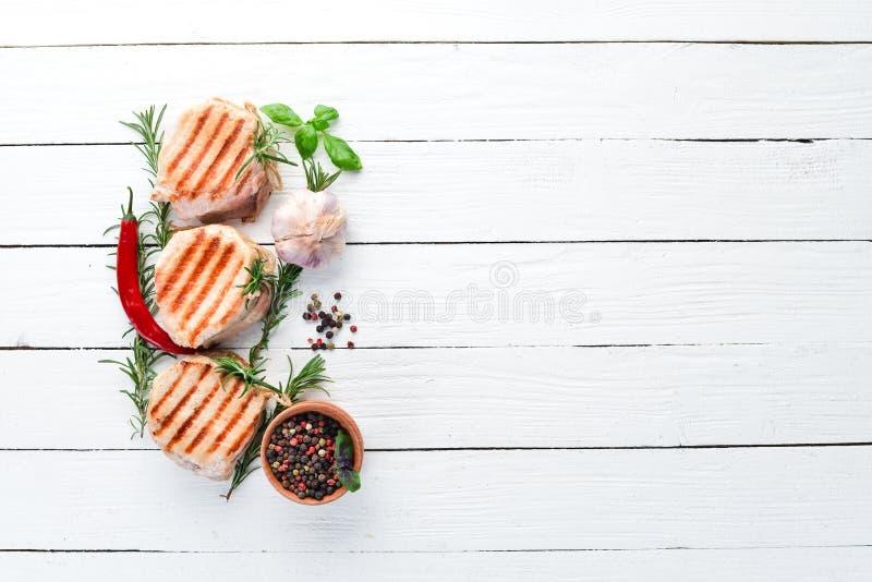 Испеченные медальоны мяса с розмариновым маслом Гриль, барбекю На белой деревянной предпосылке стоковая фотография rf