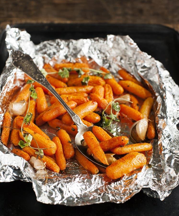 Испеченные моркови с чесноком и душицей стоковые изображения rf