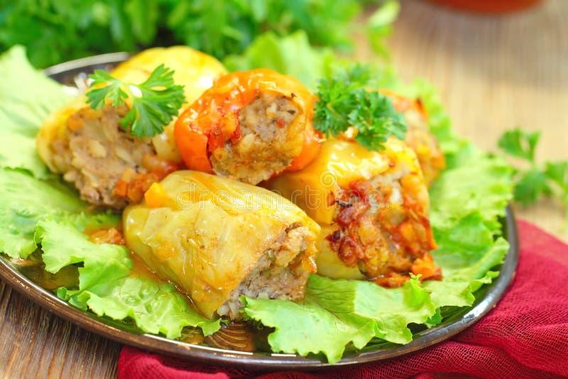 Испеченные перцы заполненные с мясом, рисом и овощами стоковые изображения rf