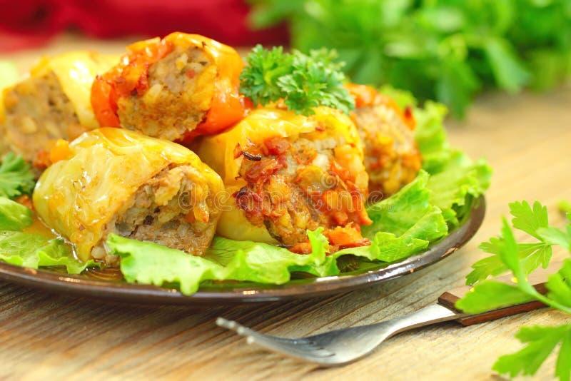 Испеченные перцы заполненные с мясом, рисом и овощами стоковые фото