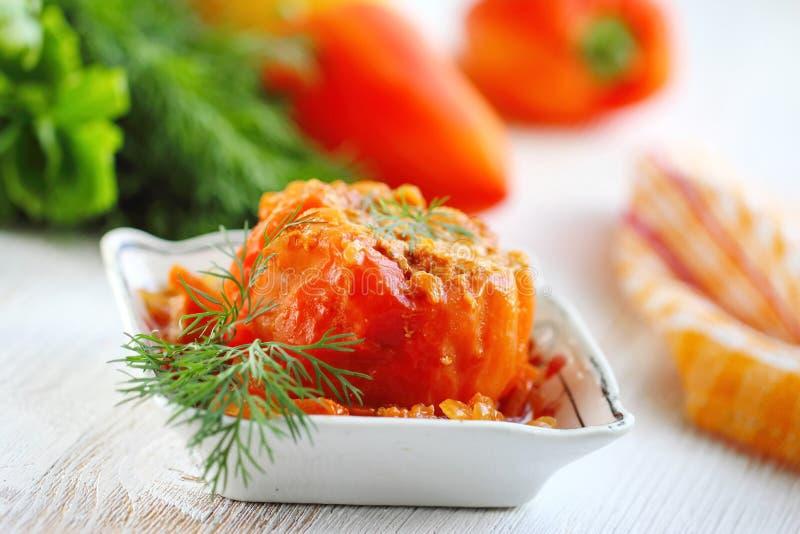 Испеченные перцы заполненные с мясом, рисом и овощем стоковая фотография rf