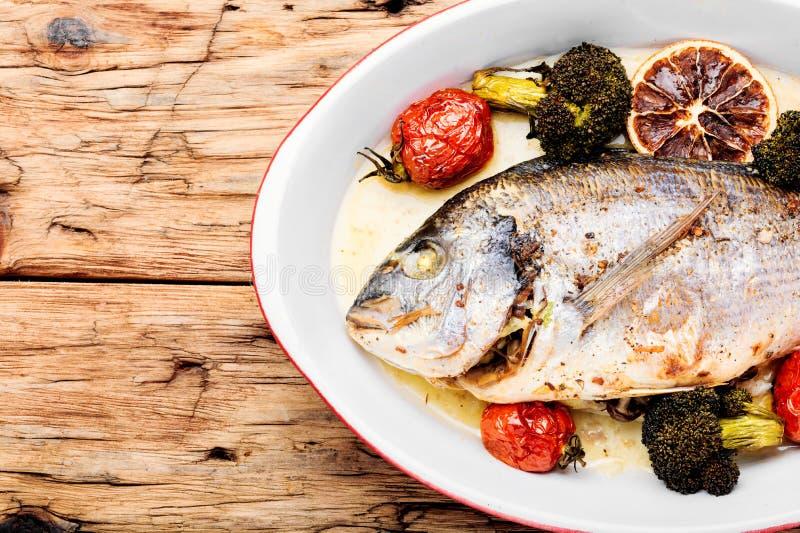 Испеченные рыбы Dorado стоковое изображение rf