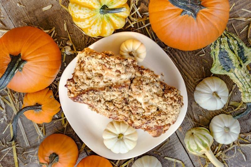 Испеченные свежие крошат хлеб на белой плите окруженной pu осени стоковая фотография