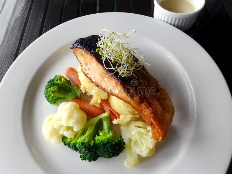 Испеченные семги, здоровое блюдо с овощами стоковое фото